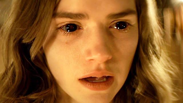 Alice prestes a convencer os fiéis (Internet incluída) a cederem sua alma para o Mal (sem que ela saiba disso)