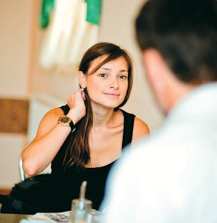 Οταν μια γυναίκα αγγίζει τα μαλλιά ή στρώνει τα ρούχα της μιλώντας με έναν άνδρα στέλνει, συνειδητά ή υποσυνείδητα, «σήμα» ότι ενδιαφέρεται για αυτόν
