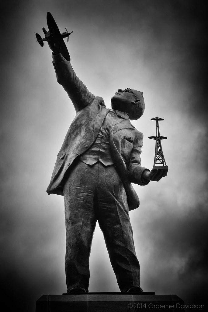 Памятник шотландскому физику сэру Роберту Уотсону-Уотту