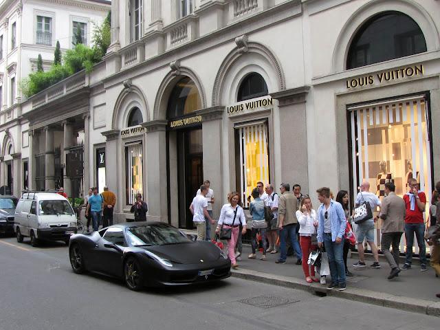 Ở Milan có vô vàn những trung tâm thời trang và những cửa hiệu sang trọng, trong đó Fashion Quadrangle chính là thiên đường mua sắm với sự quy tụ của rất nhiều những thương hiệu đắt đỏ nhất thế giới như Versace, Prada, Gucci, Ferragamo, Cavalli…    Ngoài thời trang, du khách có thể ngắm nhìn thỏa thích những món hàng lung linh được bày trí đẹp mắt từ nước hoa, sách, hoa, rượu, sôcôla cho đến các mặt hàng điện tử..