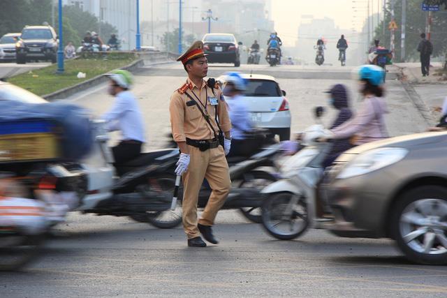 Lạ lùng cảnh hàng trăm người dắt xe máy ngược chiều đối phó CSGT ở Hà Nội 15