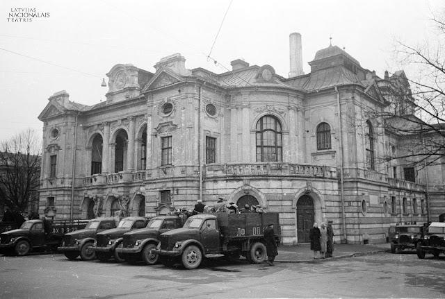1946 год. Рига. Skats uz Latvijas PSR Valsts Akadēmiskā Drāmas teātra ēku un smagajām automašīnām stāvvietā