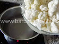 rupem buchetele conopida si o punem la fiert - preparare reteta salata