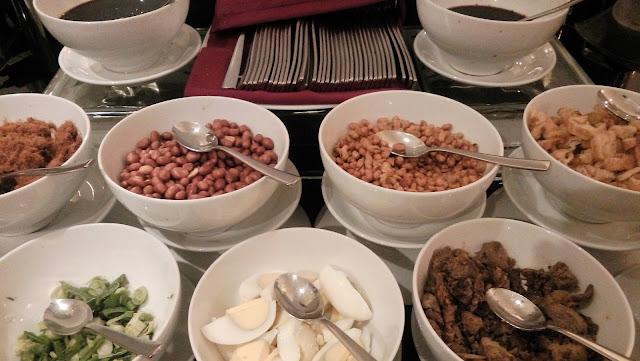 sajian pelengkap menu bubur a la Parce De Ville Restaurant