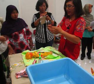 Praktek Memandikan, Membedong dan Merawat Tali Pusar Bayi 5