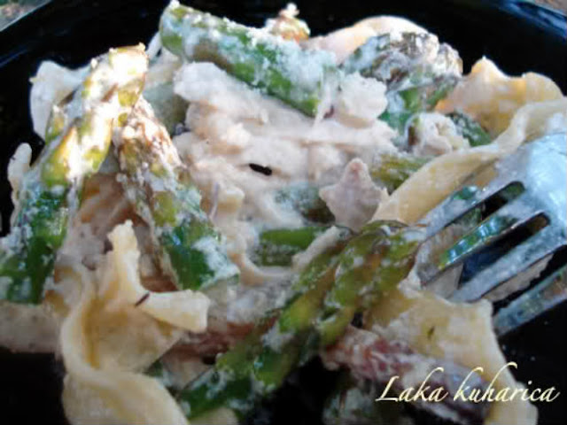 Noodles with asparagus, chicken and pancetta by Laka kuharica: pasta in creamy and cheesy sauce with asparagus and meat morsels.