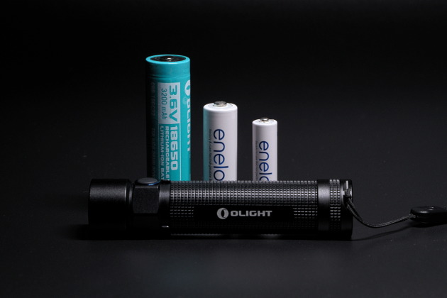 Od lewej akumulatorek Olight ORB-186C32 w porównaniu do akumulatorka rozmiaru AA (tzw. paluszek) i akumulatorka AAA (tzw. mały paluszek)
