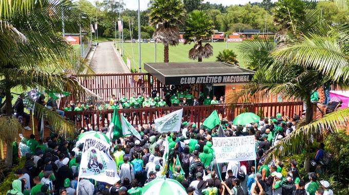 Ambiente tenso: Barra brava de Atlético Nacional fue a 'apretar' al grupo de jugadores, en la previa del choque ante la U. Católica