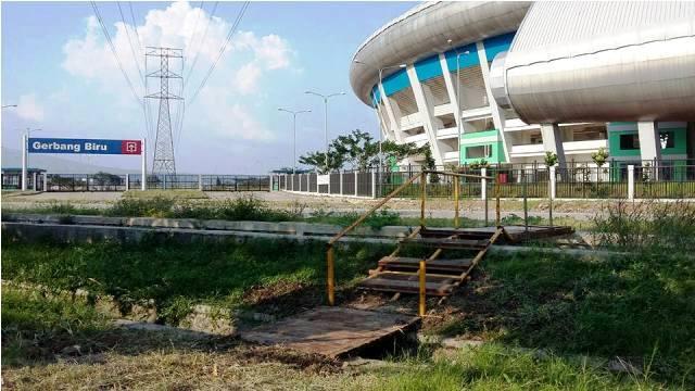 jembatan akses jalan masuk stadion gbla