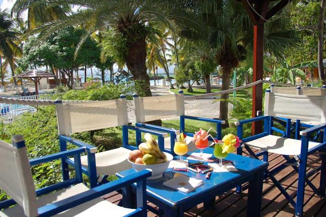 Plateau petit déjeuner sous terrasse en bois face à la mer