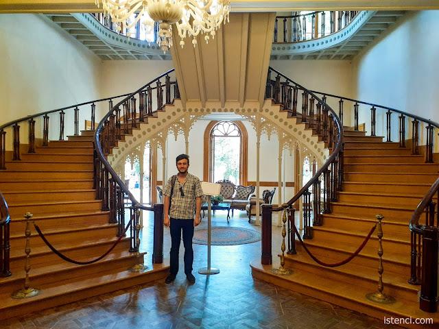 Harun İstenci Hababam Sınıfı Müzesinin Merdivenlerinde...