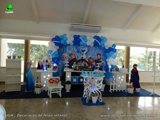 Decoração tema Frozen em mesa provençal luxo para festa de meninas
