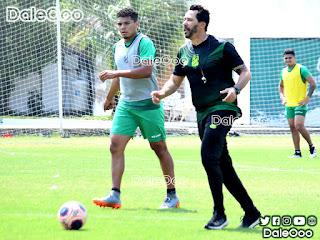 """Wilfredo Soleto y Pablo """"Vitamina"""" Sánchez en el entrenamiento de Oriente Petrolero en San Antonio - DaleOoo"""
