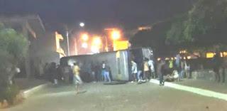 Ônibus tomba em Ituaçu