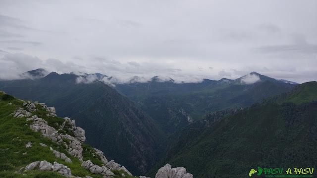 Vista hacia el oriente de Asturias desde la cima de la Cabeza del Arco