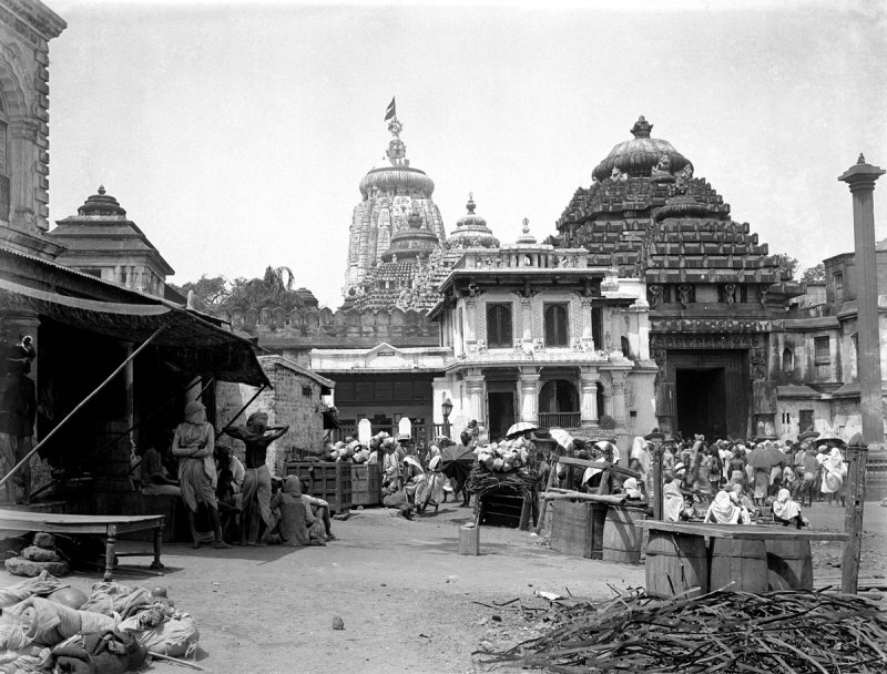 Street scene outside the east gate of Jagannath Temple, Puri, Orissa - c1912-14