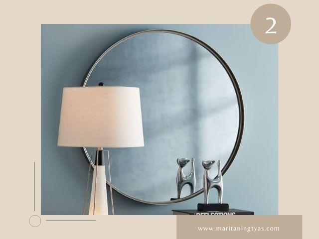Cermin Hias Ruang Tamu Minimalis di Belakang Sumber Cahaya