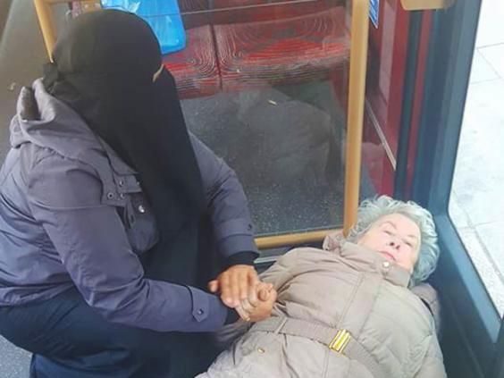 Foto muslimah berniqab menolong seorang nenek di London viral di sosial media