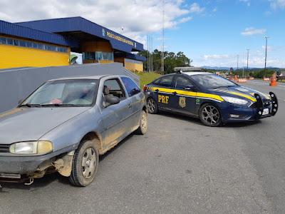 PRF prende condutor alcoolizado que dirigia carro roubado em Barra do Turvo