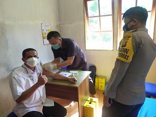 Polsek dan Puskesmas Menukung Vaksinisasi 210 warga Dalam Rangka Hari Bhayangkara Ke-75