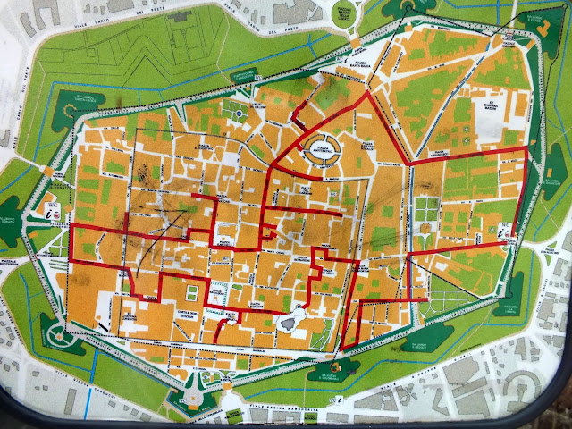 mapa turístico con un itinerario por Lucca, Italia