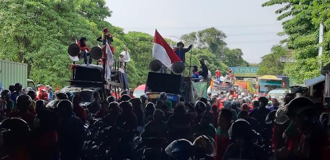 Massa Buruh Blokade Sejumlah Jalan di Kabupaten Tangerang, Tolak Omnibus Law