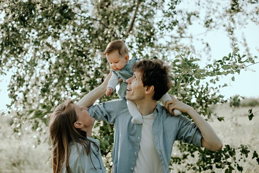 sesja zdjęciowa rodzinna w plenerze w , sesja fotogeraficzna z okazji dnia ojca łomianki