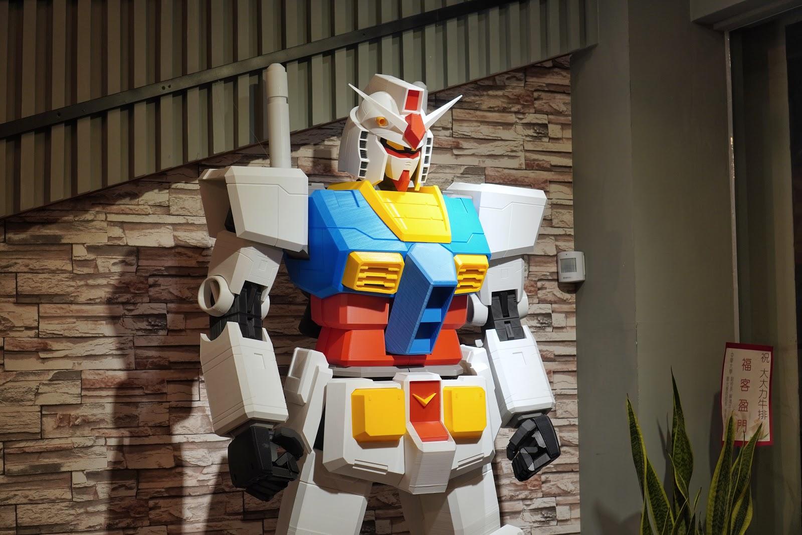 台南東區美食【大大力牛排館】鋼彈模型