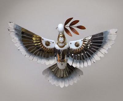 Paloma hecha con metales reciclados