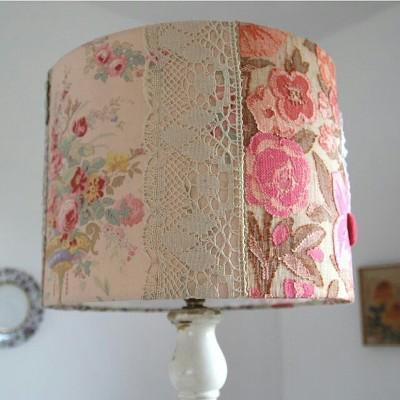 Kap lampu meja terbuat dari renda dan kain perca motif bunga