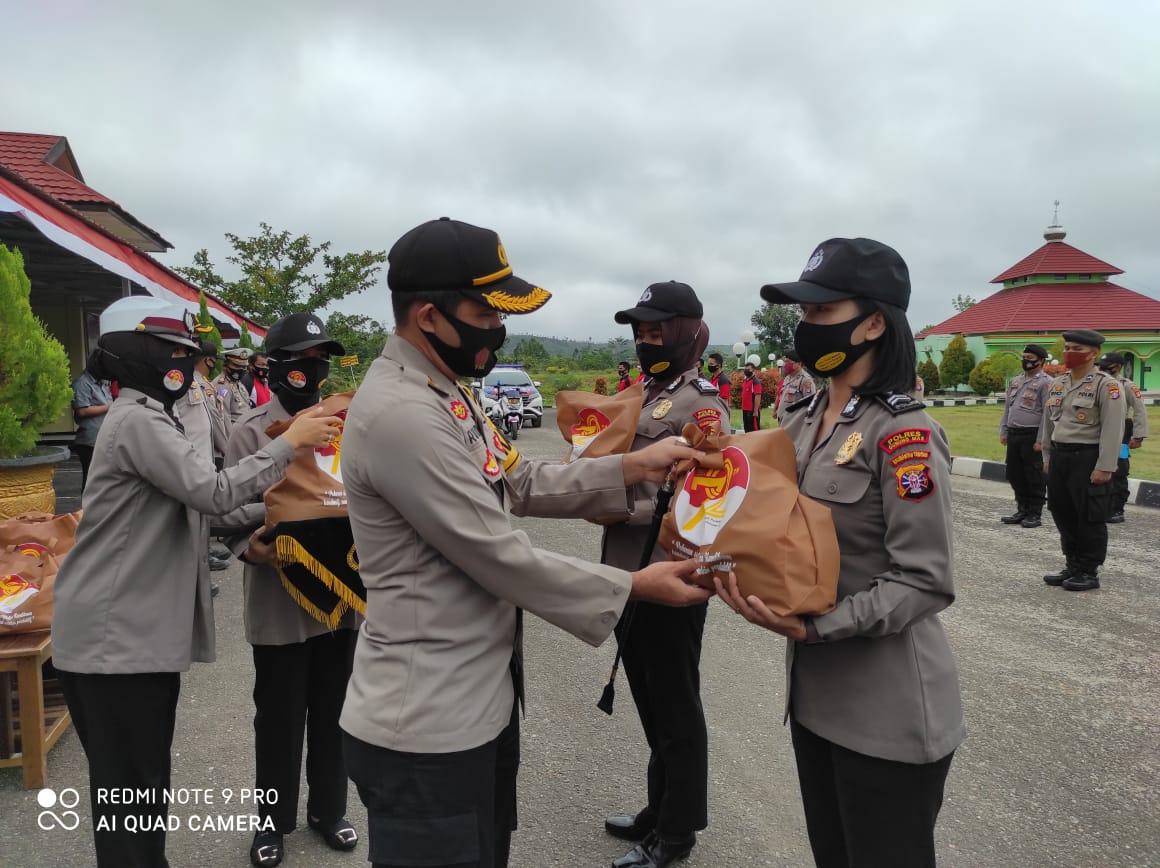 Peringati HUT, Polwan di Gumas Bagikan Paket Sembako