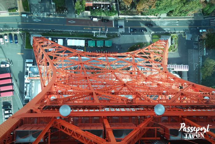 Vue sur la base de la Tokyo Tower depuis l'observatoire principal