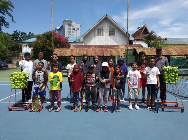 Latihan Teknik Dasar Tenis Menggunakan Bola Tenis Modifikasi Dimasa Pandemi - Oleh Rices Jatra, M.Pd (2)