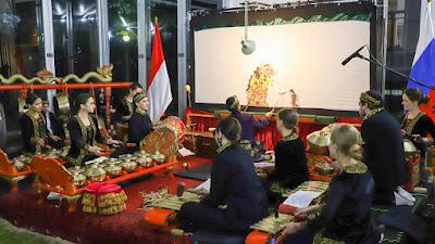 Promosikan Budaya Indonesia, KBRI Moskow Gelar Wayang Kulit, Warga Rusia Antusias Menonton