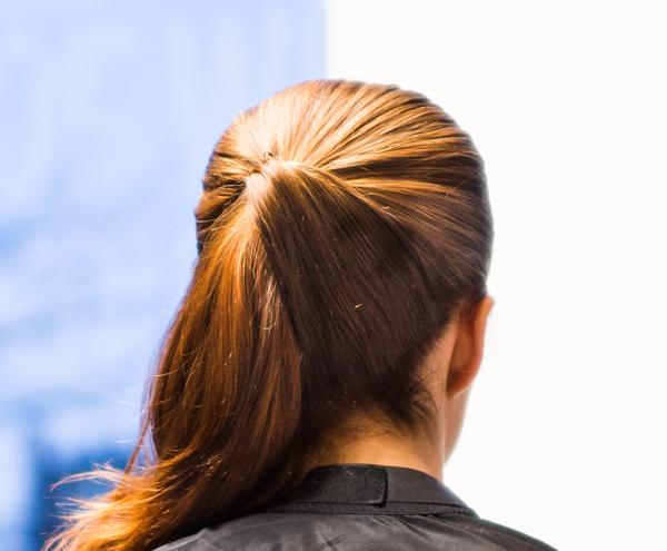 helppo poninhäntä kampaus siisti ponnari pitkät hiukset_