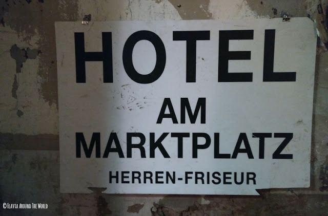 cartel del hotel am Marktplatz con peluquería en Stuttgart