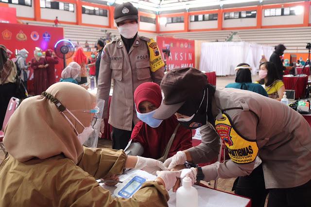Salut!!! Polwan Polresta Banyumas Berikan Layanan Prima Vaksinasi Pada Peserta Lansia