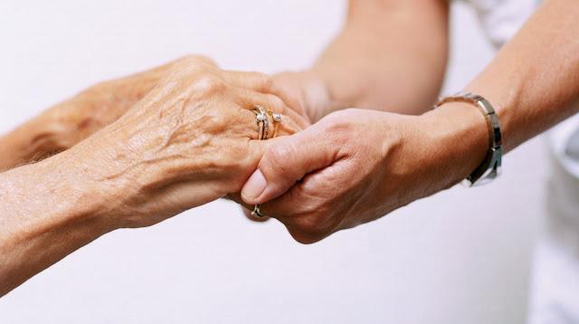 Γυναίκα Ελληνίδα αναλαμβάνει εργασίες σπιτιού και επίβλεψη ηλικιωμένων