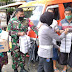 Sentuh Masyarakat, TNI POLRI Bagikan Nasi Kotak Gratis