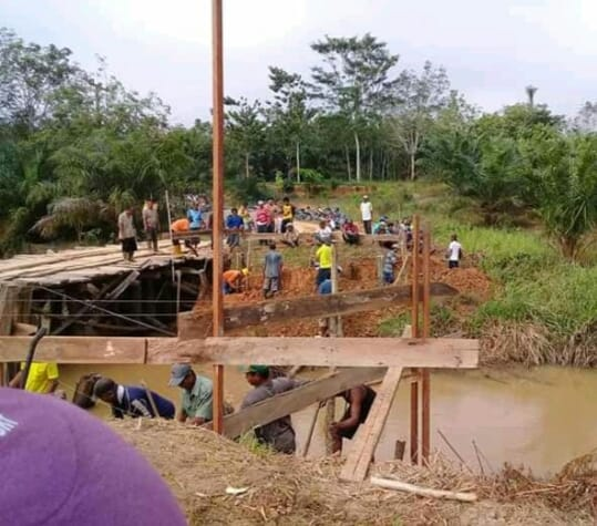 Modal Semangat Gotong-royong, Warga Muba Bangun Jembatan