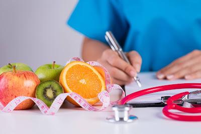 Doctora recetando frutas