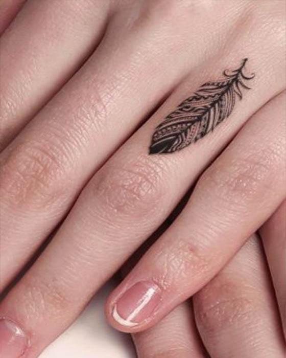 tatuajes de pluma dedo