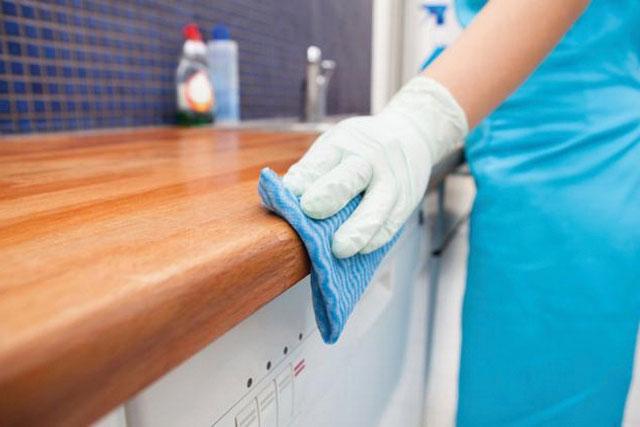 Việc vệ sinh thường xuyên giúp đồ gỗ sáng bóng hơn
