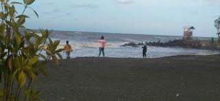 Ngisi Liburan Anak-Anak di Pantai Cahaya, Kendal, Jawa Tengah