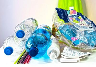 Alat, Bahan, dan Langkah-Langkah Membuat Tempat Pensil dari Botol Plastik