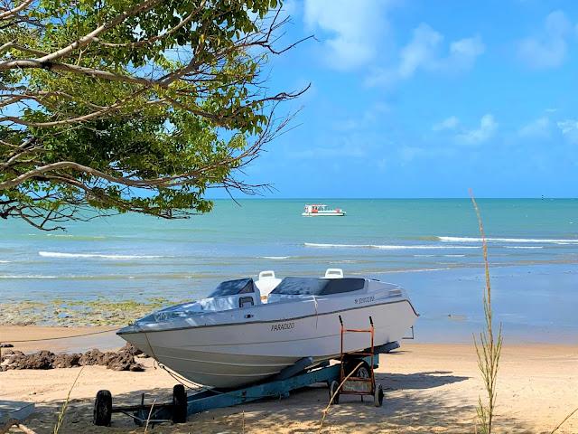 lancha pequena ancorada em uma praia tranquila