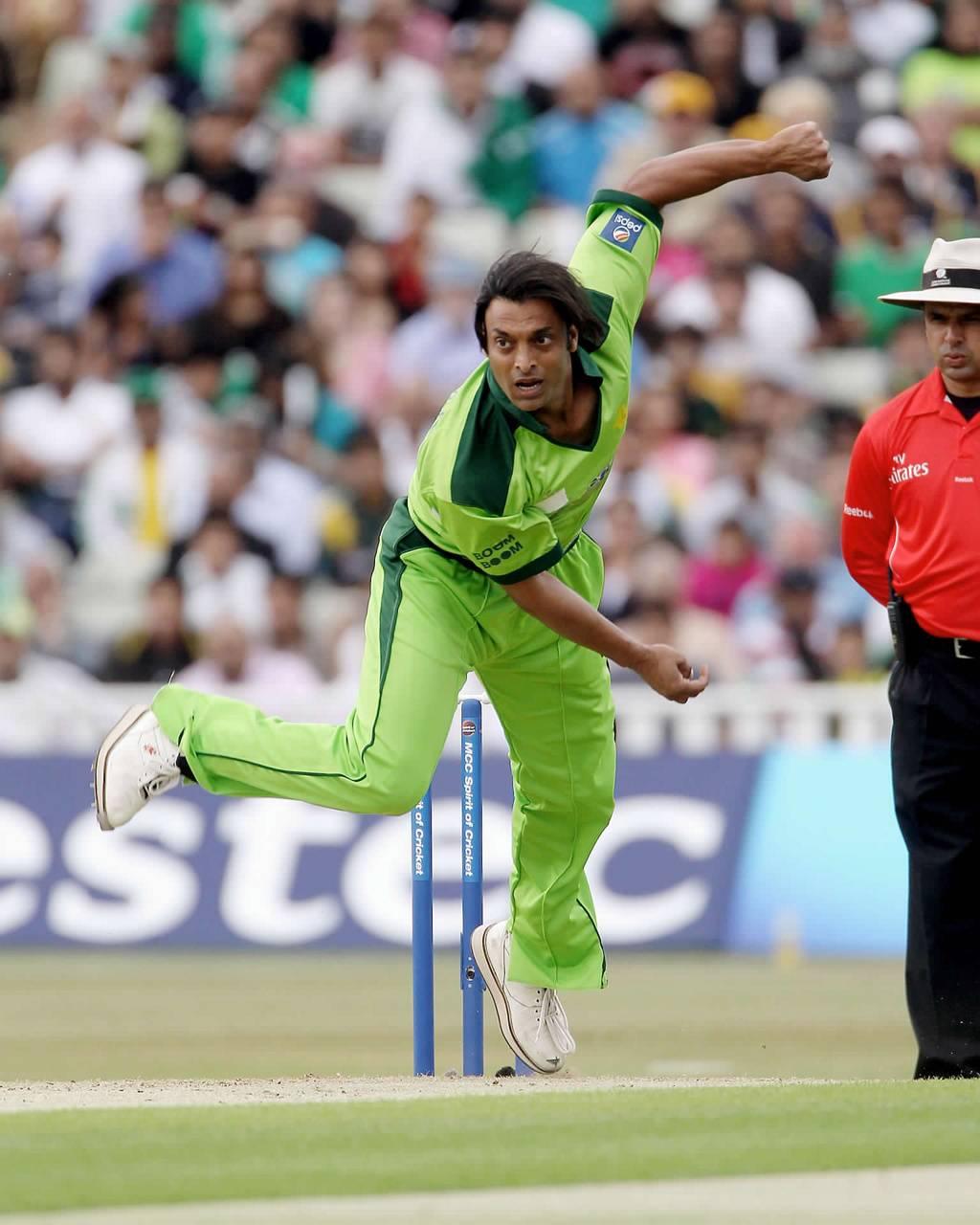 Shoaib Akhtar bowling look