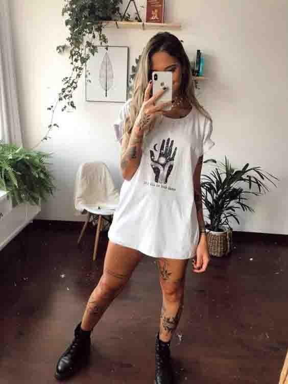 Camiseta oversized e coturno