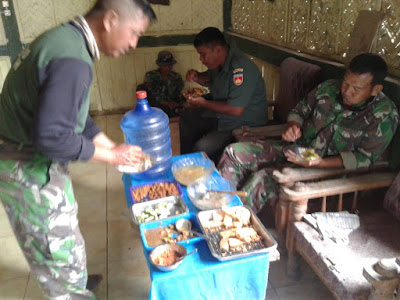 Lezatnya Makan Siang Satgas TMMD di Rumah Sunarti