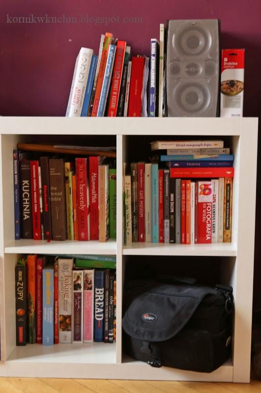 692196813c45a3 To tylko mała część mojej książkowej kolekcji. Książek cały czas przybywa,  regał niedługo zastąpiony będzie czymś dużo większym, by zaspokoić moje  książkowe ...